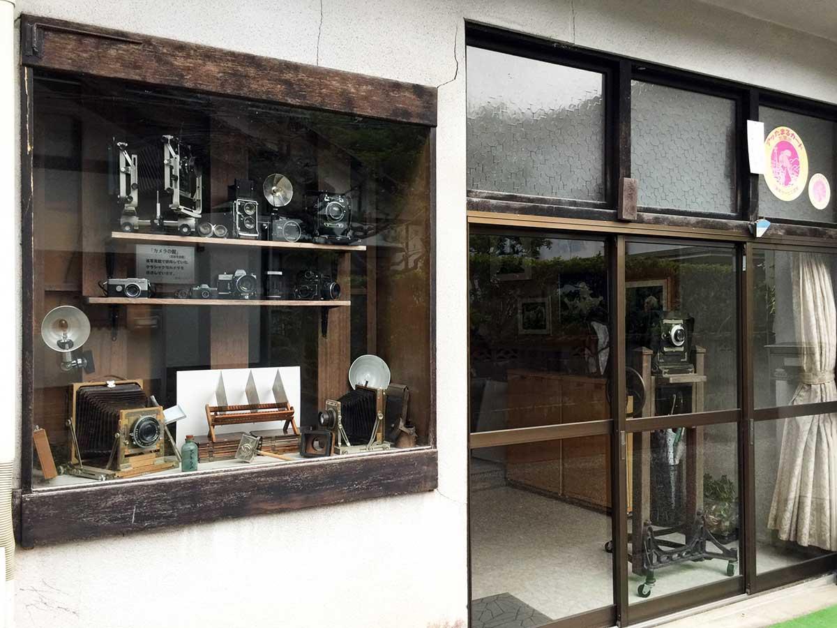 三朝温泉温泉街 米原写真館のレトロなカメラの並ぶ玄関先