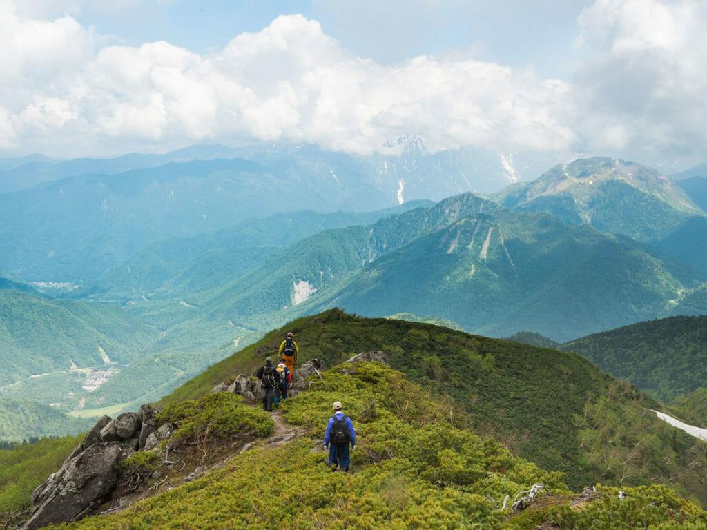 目の前に焼岳、目下に平湯温泉(乗鞍新登山道)