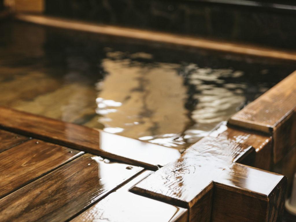 源泉掛け流し 木の浴槽淵