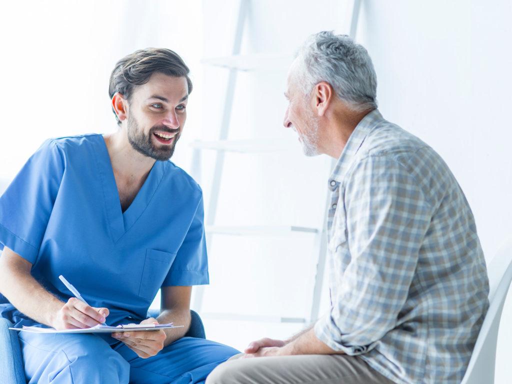 男性高齢者に問診する男性医療関係者