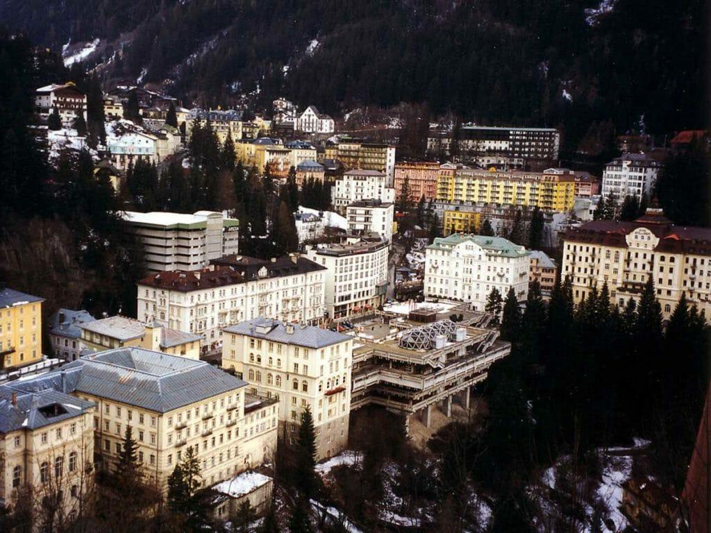 Bad Gasteinの山と森林、宿泊施設を俯瞰